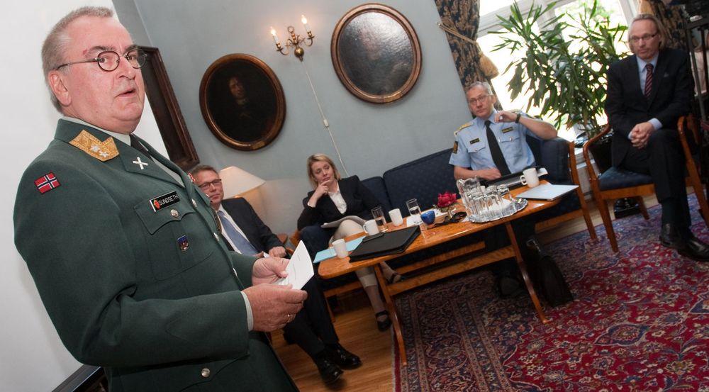 SPLEISELAG: Fra v. Generalmajor og sjef for Cyberforsvaret Roar Sundseth, NSM-direktør Kjetil Nilsen, PST-sjef Benedicte Bjørndal og politidirektør Odd Reidar Humlegård. Lengst til høyre Morten Irgens fra Høgskolen i Gjøvik.