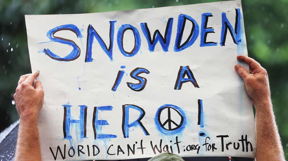 Denne demonstranten på Union Square på Manhatten i New York 10. juni var ikke i tvil om hvordan folk bør stille seg til lekkasjen som Edward Snowden sørget for.