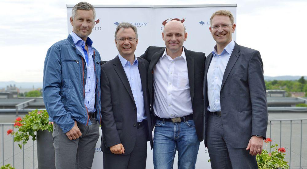 Silicon Labs har kjøpt norske Energy Micro. Fotografiet viser fra venstre Torleif Ahlsand i Northzone Invest, toppsjef Tyson Tuttle i Silicon Labs, administrerende direktør Geif Førre i Energy Micro og Steinar Fossen i  Investinor Invest i forbindelse med kontraktundertegnelsen.