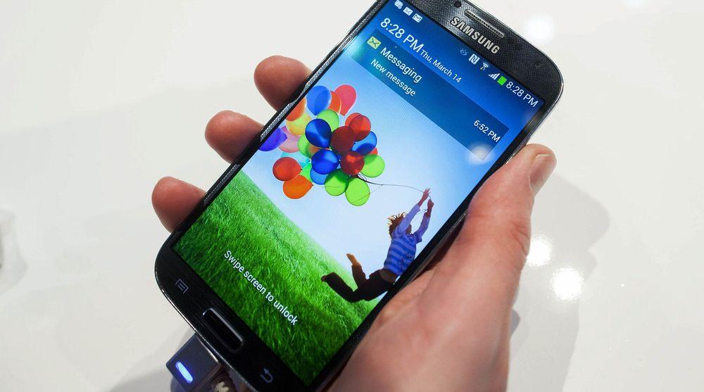 Samsung selger bedre enn Apple hos Telenor, Samsungs nye Galaxy S4 har likevel ikke greid å ta fra iPhone 5 førsteplassen.