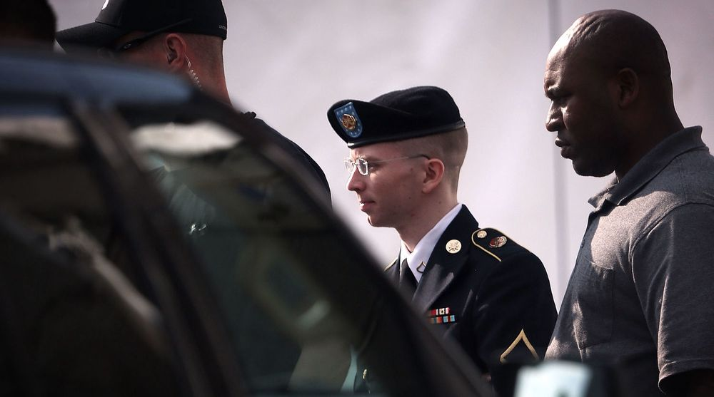 Bradley Manning blir ført ut av den militære domstolen i Fort Meade i Maryland. Han risikerer 21 års fengsel for å ha lekket enorme mengder sensetive data fra amerikansk forsvar til Wikileaks.