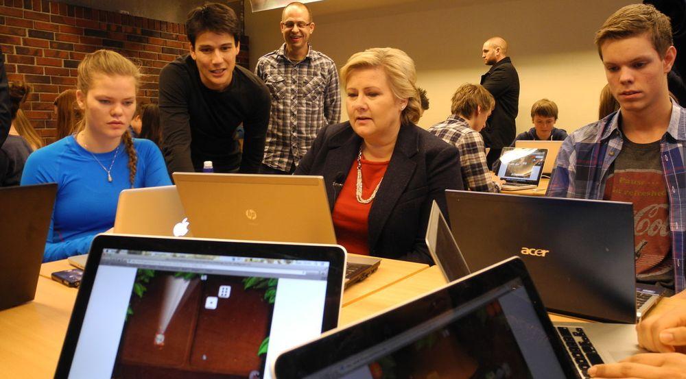 Statsminister Erna Solberg prøvde seg på å løse likninger med DragonBox da hun besøkte Sandnes videregående skole i dag.