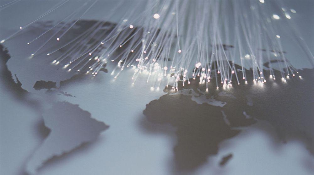 Alcatel-Lucent mener det om få år vil være behov for mangedoblet kapasitet over de fiberoptiske transportnettene. Selskap forsøker nå om omgå det som oppfattes som fundamentale begrensninger i dagens fiberkabler.