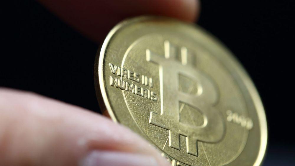 Krypto-valutaen Bitcoin stiger til nye høyder mandag.