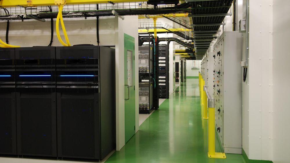 Microsoft krypterer foreløpig ikke forbindelsene mellom servere som disse i selskapet datasentral i Dublin, Irland.