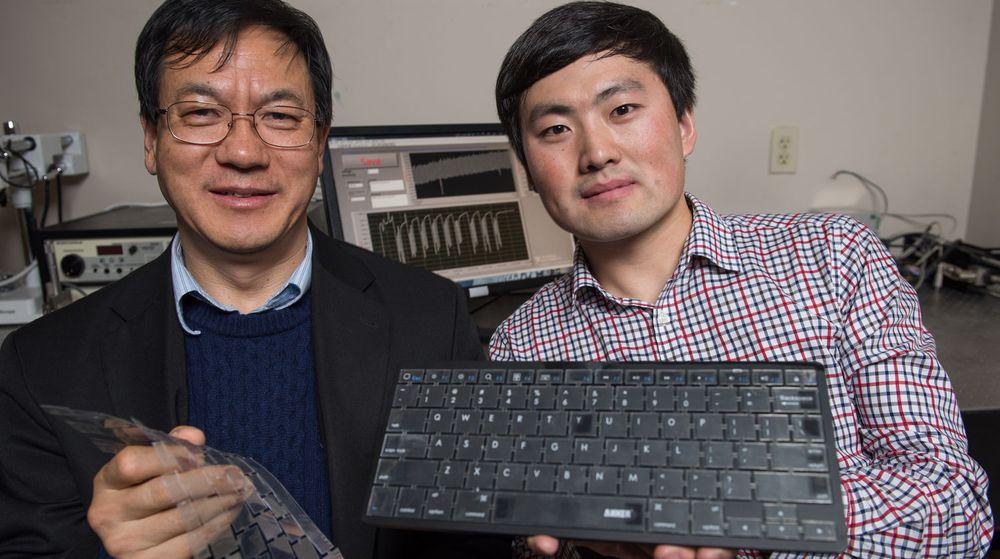 Professor Zhong Lin Wang (t.v) og forskningsassistenten Jun Chen med det selvdrevne sikkerhetstastaturet.
