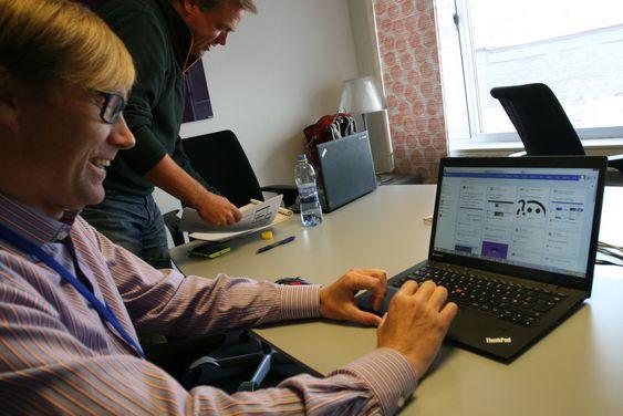 Fredrik Holm holder seg oppdatert på hva både nære og fjerne kolleger holder på med i Microsoft ved hjelp av den nye løsningen.