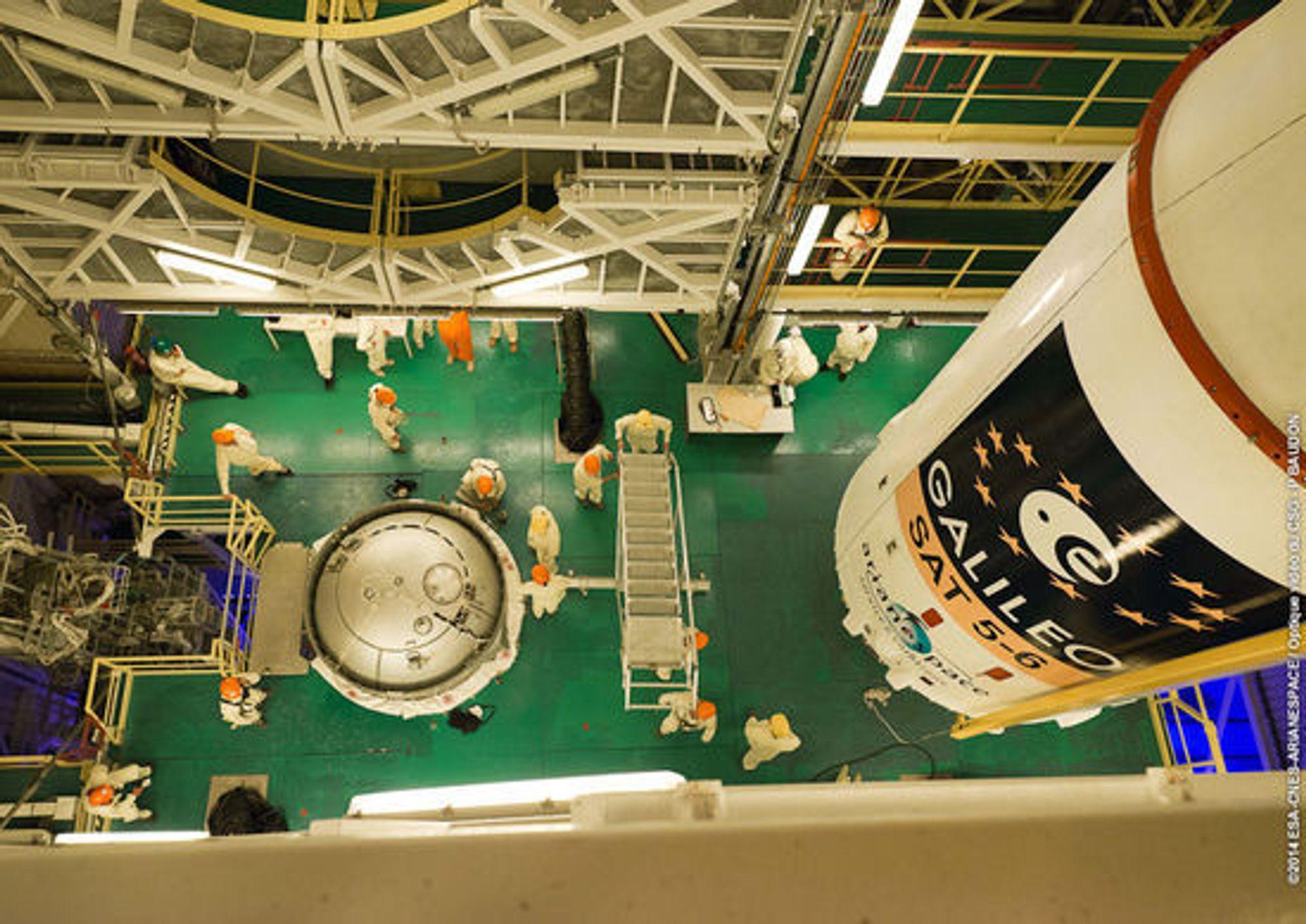 Fra monteringen av Soyuz ST-raketten som tok med seg Galileo SAT 5 og 6 til verdensrommet i forrige uke.