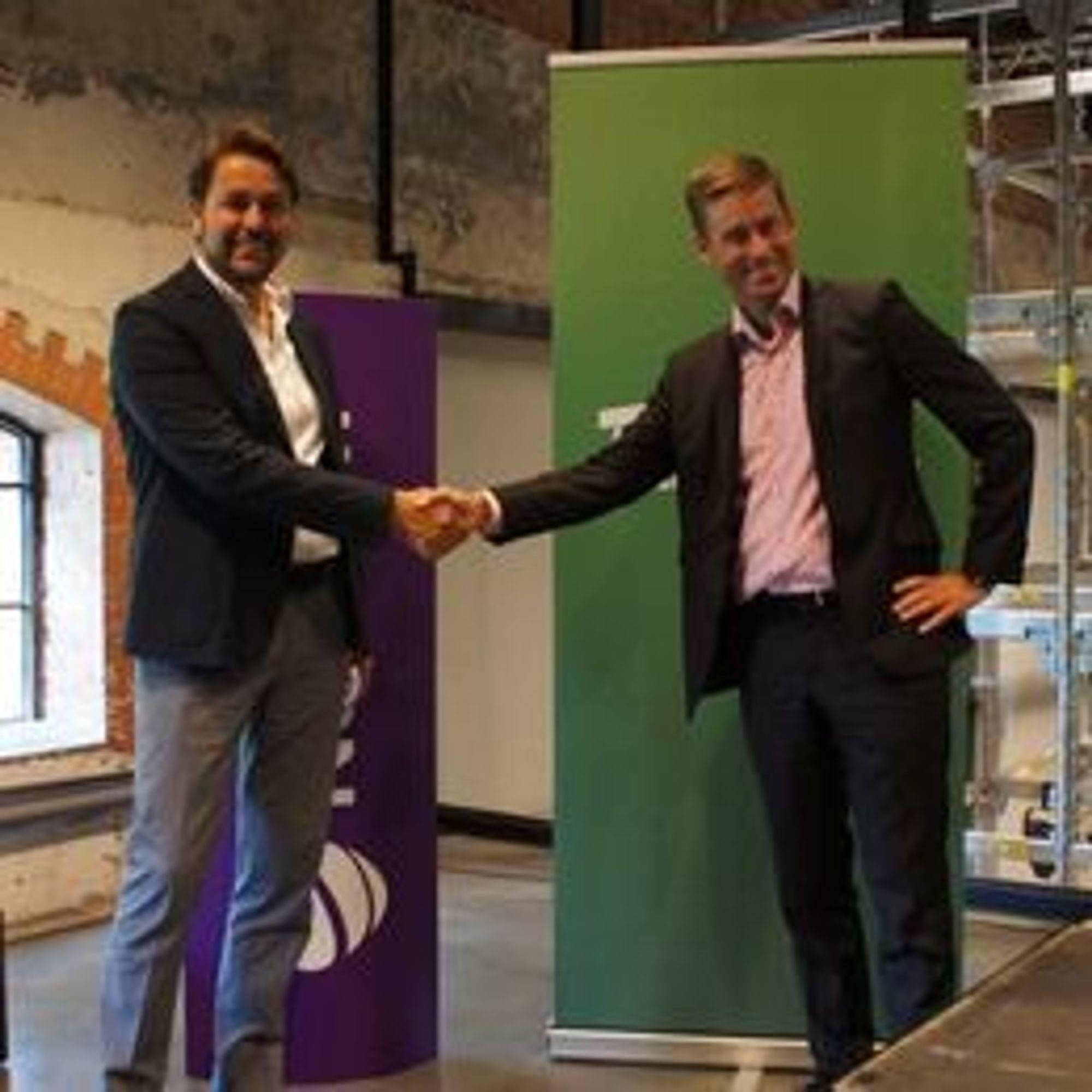 LIMBO: Arild Hustad i Tele2 og August Baumann i Netcom må fortsatt vente i spenning. Bildet er fra 7. juli da de varslet fusjonen.