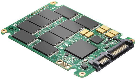 En SSD, som denne fra Intel, består primært av et antall flashminnebrikker, en kontroller, fastvare og grensesnitt for data og strøm. Måten de fungerer på kan likevel variere stort, noe som gjør gjennoppretting av data vanskelig.