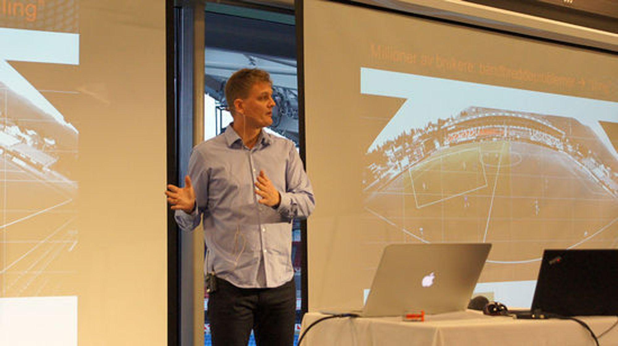 Pål Halvorsen demonstrerer teknologi for videoanalyse.