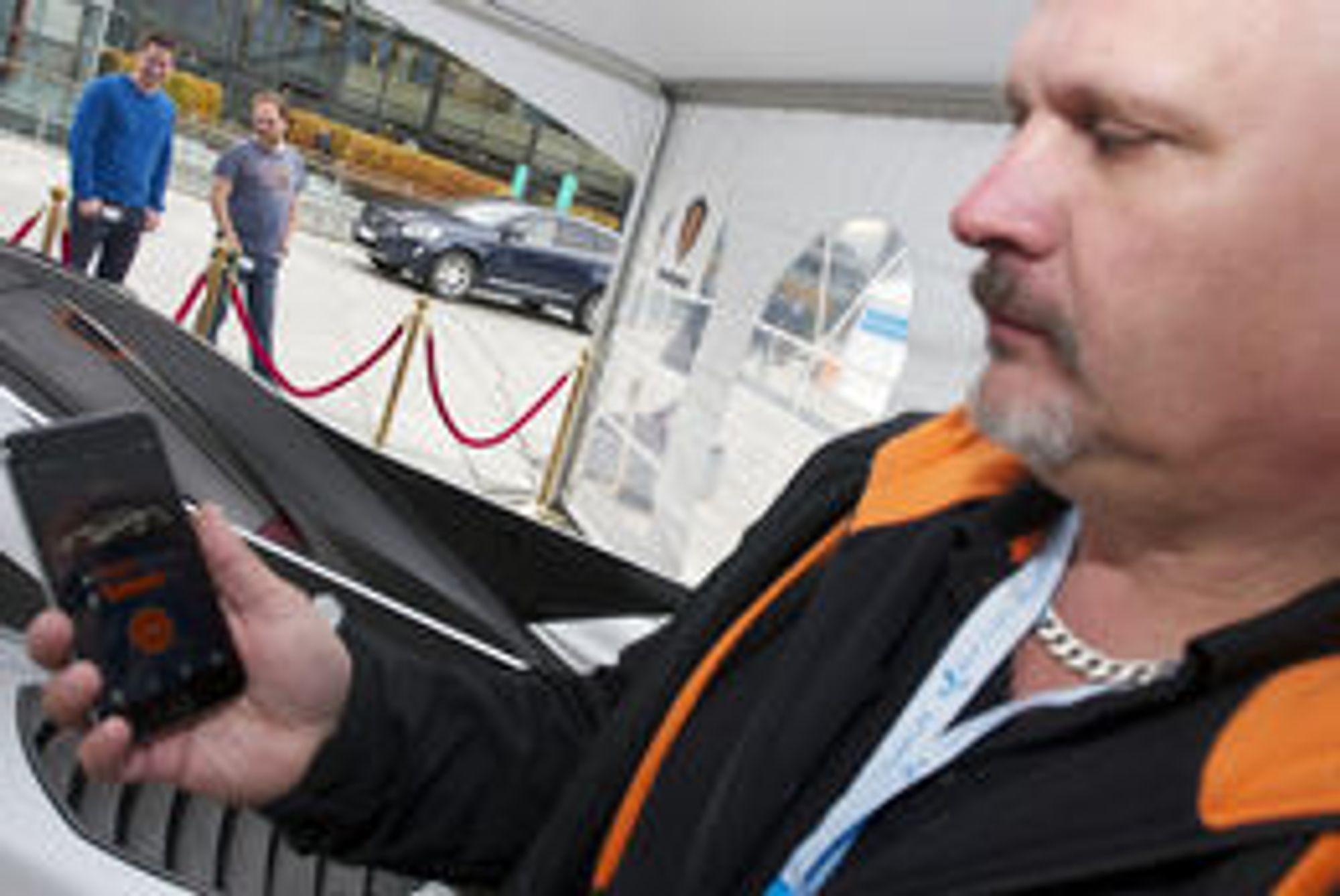 IKKE FOR JAMES BOND: Men foruten å faktisk kjøre bilen kan du styre det meste annet med en mobilapp, forklarer Christer Hultberg i Konenigsegg.