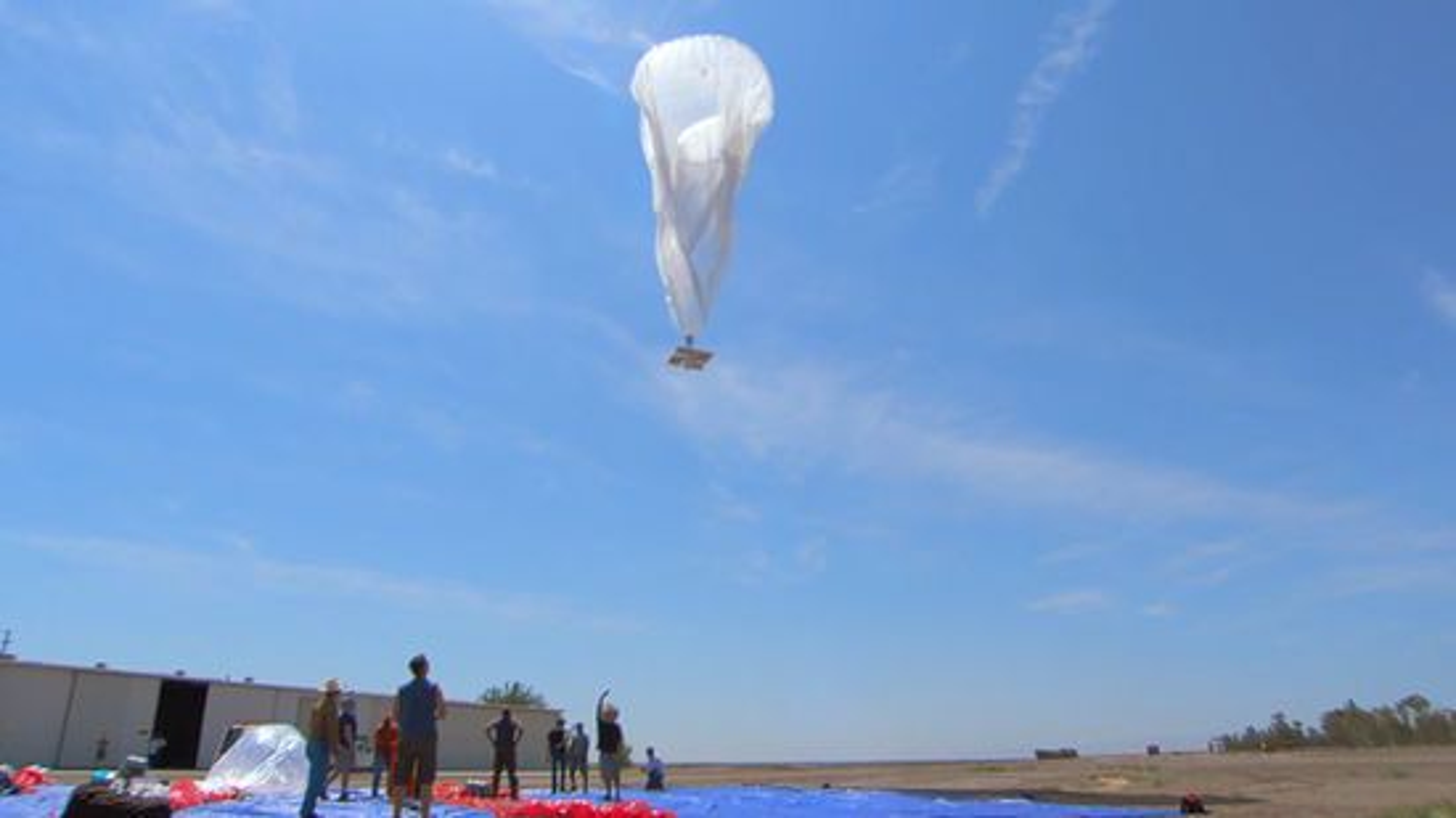 Oppsending av en av 30 prøveballonger på New Zealand. I stratosfæren vil ikke ballongene være synlige med det blotte øyet fra bakken. Merk solcellepanelet som henger under ballongen.