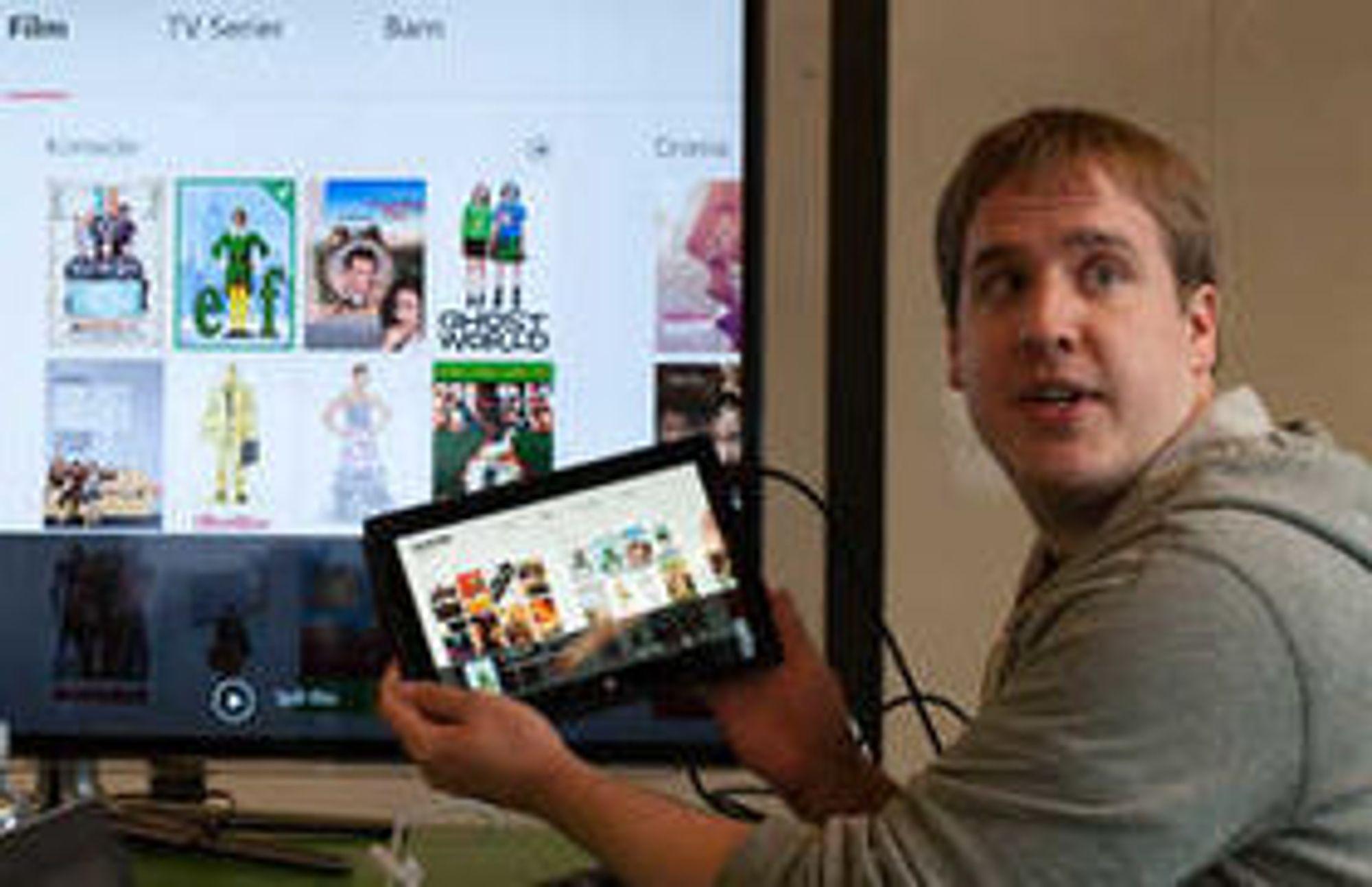 iPad er første native klient. Her viser seniorutvikler Kevin Simons fram Surface RT-versjonen, som sammen med en rekke andre plattformer skal være klar i sommer.