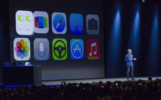NY DESIGN: iOS 7 ble introdusert av programvaredirektør Craig Federighi (bildet) under åpningsforedraget på Apples årlige utviklerkonferanse mandag kveld norsk tid i San Francisco. Dette er den største overhalingen av iOS noensinne, ifølge Apple.