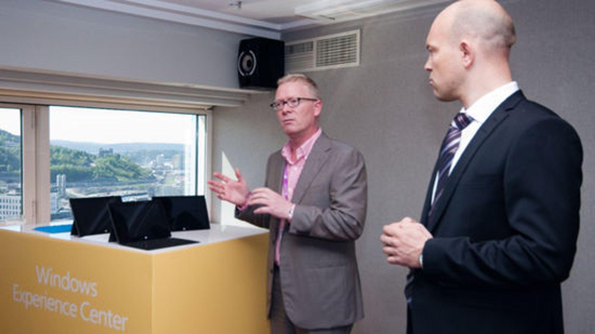 «Skyhøye forventninger» til Surface. Fra v. Windows-direktør Christian Almskog og teknologidirektør Børge Hansen i Microsoft Norge.