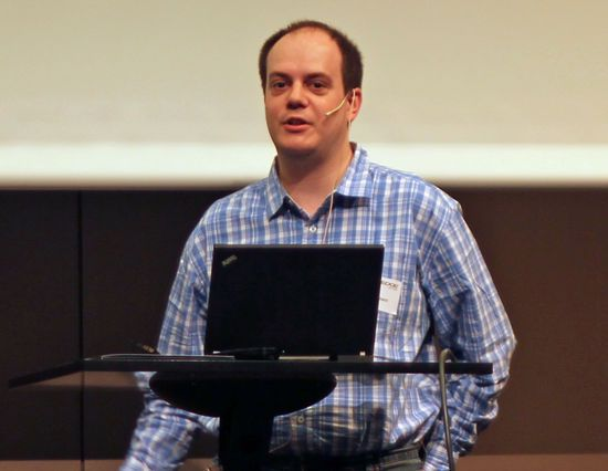 Sebastian Bergmann fortalte om historien til PHPUnit og andre testverktøy for PHP. Han kom også med en del råd om hvordan man relativt enkelt kan komme i gang med slik testing.