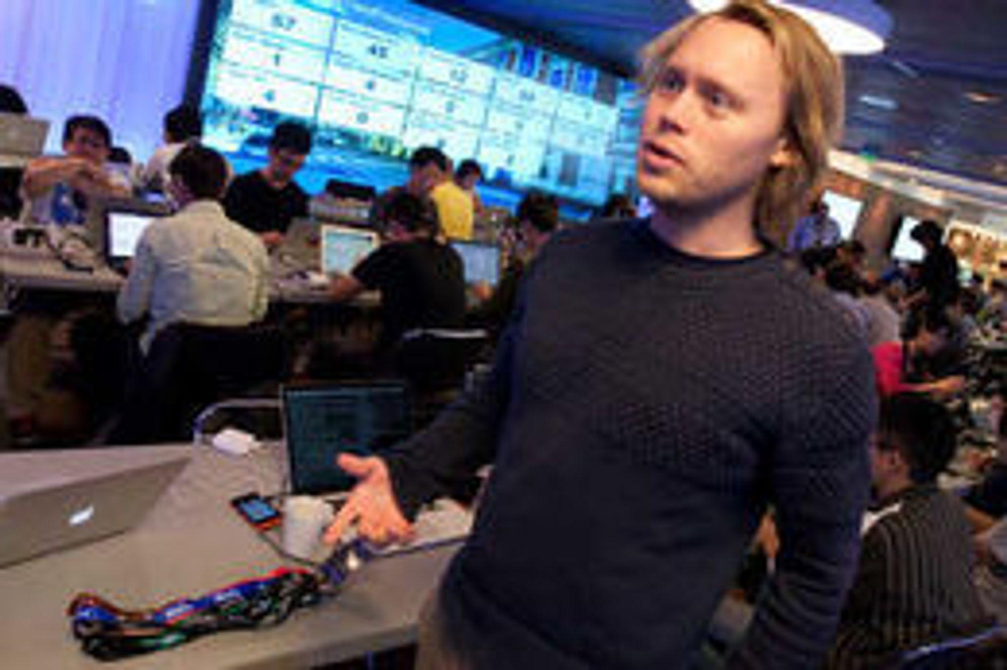 Weben er utviklingsplattformen, forklarer Telenor-utvikler Olav Nymoen. Han er en av få utviklere i Telenor som bidrar med kode til Firefox OS.