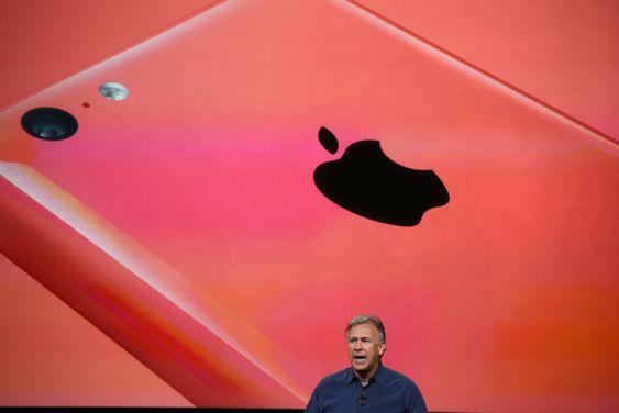 """Markedssjef Phil Schiller kunne vise frem den nye """"billig""""-telefonen til Apple. Den blir levert i fem forskjellige farger."""
