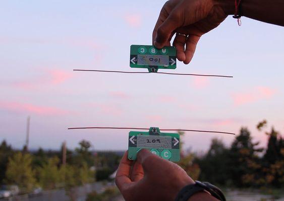 De kredittkortformede enhetene kan utveksle informasjon via «eteren» over en avstand på flere titalls centimeter.