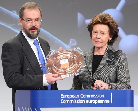 Flaggskipdirektør Jari Kinaret og visepresident i EU-kommisjonen, Neelie Kroes, i forbindelse med kåringen av de to forskningsflaggskipene til EU-kommisjonen. Kinaret har her mottatt en 300 mm wafer med et stort stykke grafén på.