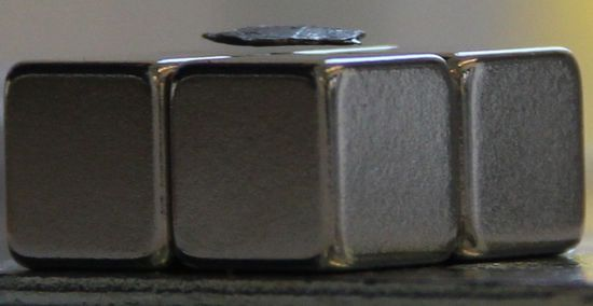 Grafittbiten som vises i videoen over, svever over magneten og vil i teorien kunne fortsette å gjøre det i det uendelige.