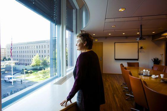 """SKUFFELSEN: Aasrud ser ut over regjeringskvartalet fra sitt møterom. Hun er skuffet over at hun ikke kan høste fruktene av de omfattende digitaliseringsreformene hun har igangsatt som minister. Men ser samtidig frem til å bli """"vanlig stortingsrepresentant"""" etter åtte år i regjering."""