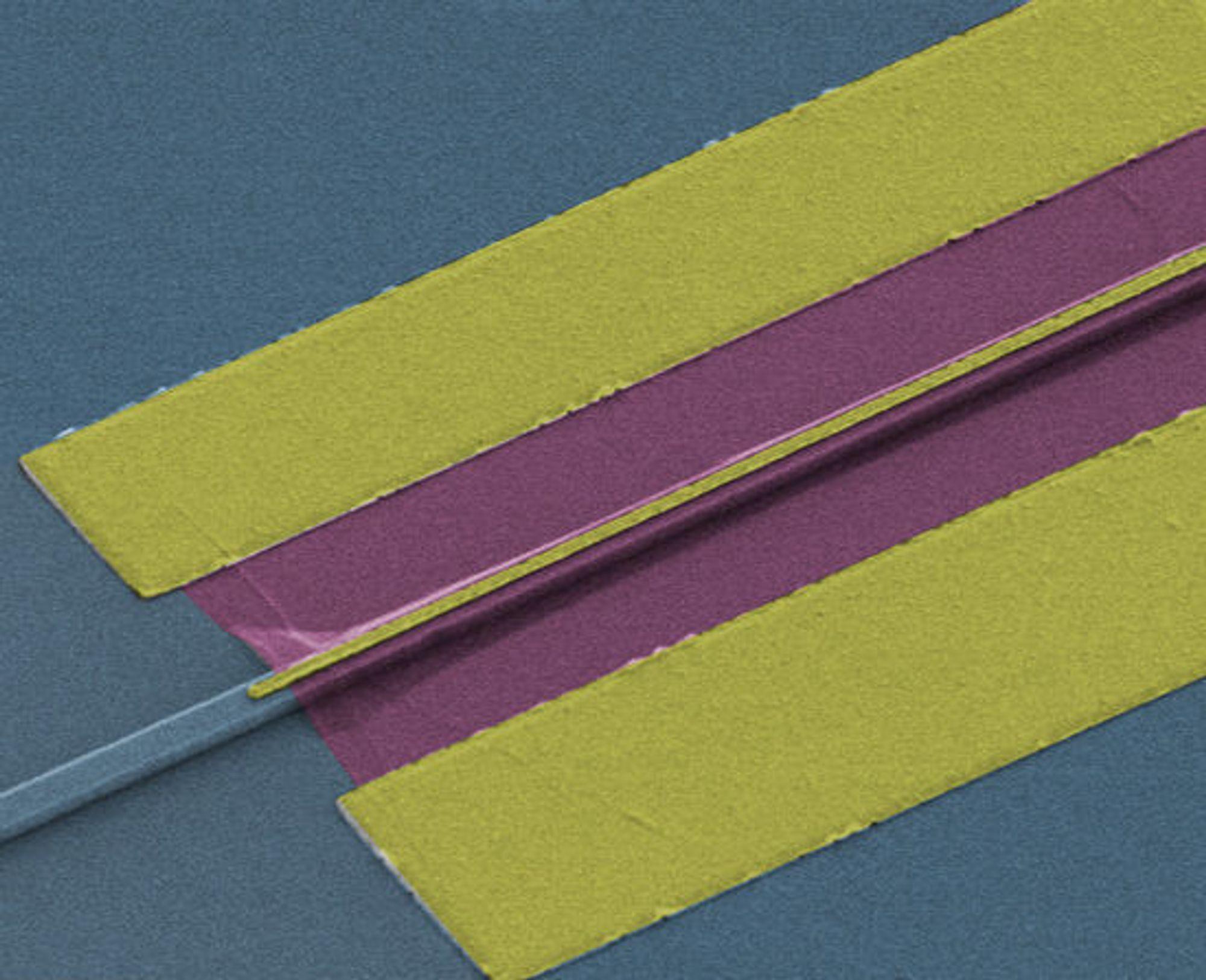 Fotografi av den østerrikske fotodetektoren. Til venstre sees bølgelederen, som leder lyset inn mot et grafénlag som er to mikrometer bredt. Der omdannes lyset til strøm.