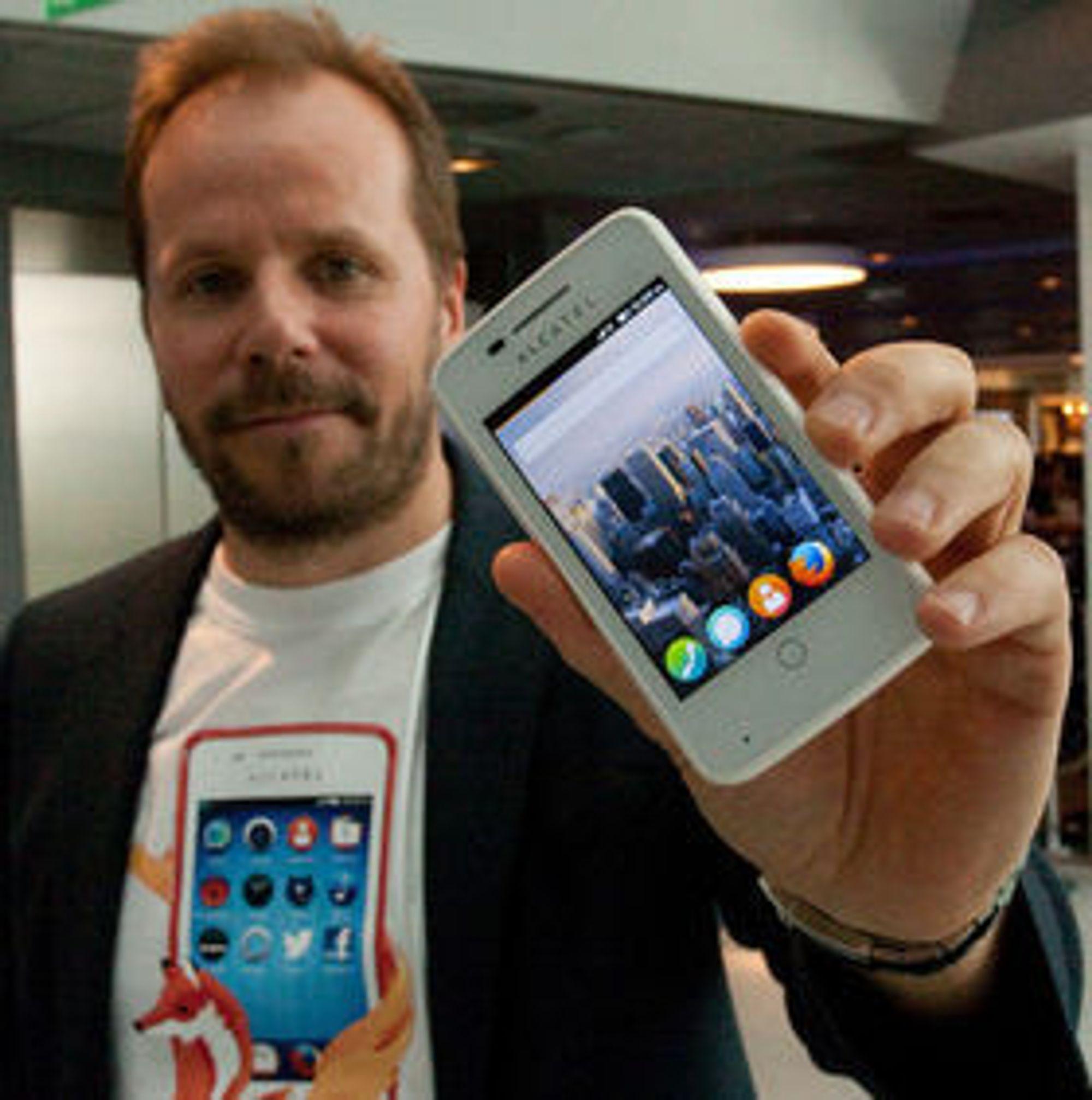 Prosjektleder for Firefox-løpet i Telenor, Frode Vestnes, viser her frem mobilen som de nå har lansert. Senere kommer det flere modeller.