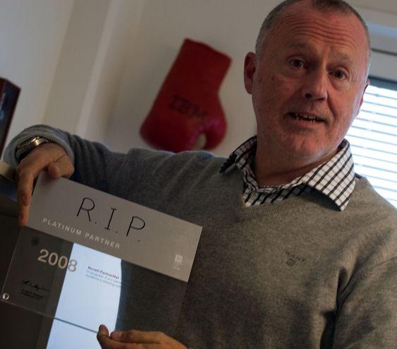 PC-Ware var mer kjent for Novell, men den avtalen avsluttet Frøystein i 2011. - Siden la vi Novell og Wordperfect bak oss, sier han og viser frem den gamle partner-plaketten som han har tusjet RIP på.