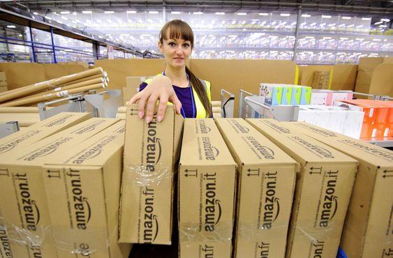 Bildet viser den undersøkende journalisten Katy Pearson fra Lady Magazine på reportasjetur i en av Amazons gigantiske distribusjonssentre nord for London i november i fjor.