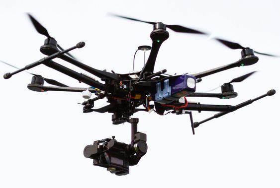Det finnes utallige droner brukt både militært, av politi og sivile verden over. Denne krabaten benyttes av tv-kanalen Sky Sports.