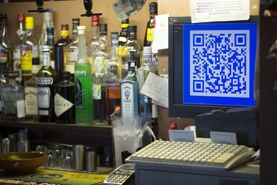 9. oktober i år installerte en pub i London, Pembury Tavern, et kasseapparat som lar kundene betale med bitcoin. QR-koden på kasseapparatets skjerm leses av en app på kundens mobiltelefon. Deretter overføres beløpet i bitcoin fra kunde til pub.