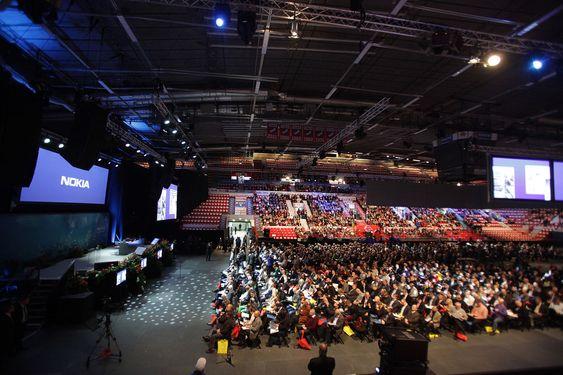 Over 5.000 finner stilte opp på gårsdagens generalforsamling, da de vedtok å selge landets mobileventyr.