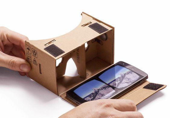 Bildet viser hvordan Cardboard i praksis virker. I selve brillen sitter det to linser som gjør at man kan se mobilskjermen skarpt når den er bare et par centimeter unna øynene.