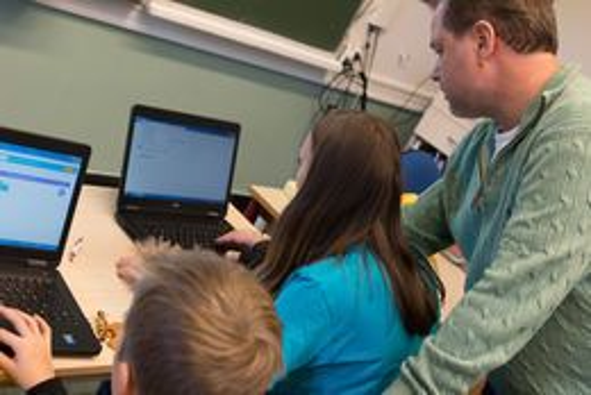 IKT-lærer Sjur Torp hjelper til.