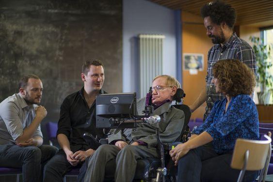 Stephen Hawking sammen med teamet som har utviklet det ny kommunikasjonssystemet han bruker. Fra venstre Steven Spencer og Joe Osbourne fra SwiftKey, Hawking, hans personlige assistent Jonathan Wood og Lama Nachman fra Intel.
