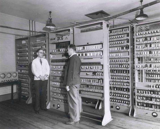 Maurice Wilkes ledet teamet som konstruerte EDSAC. Her står han foran EDSAC sammen med en forskerkollega, Bill Renwick, som også deltok i prosjektet.