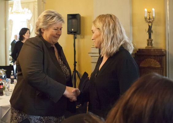 Statsminister Erna Solberg og seniorrådgiver hos politiet, Ingjerd Hansen, under møtet om hatefulle ytringer i statsministerboligen onsdag morgen.