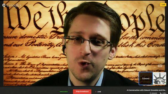 MYSTISK: Edward Snowden lot seg videointervjue fra hemmelig tilhold i Russland under South by Southwest-konferansen i Texas i mars. Bak seg hadde han sørget for å ha USAs grunnlov «We the people...» avbildet.