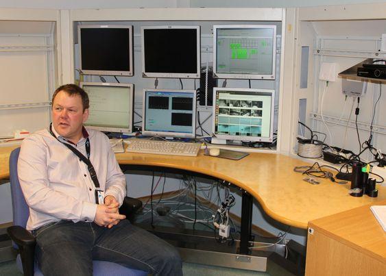 Arne Kuraas i kontrollsenteret til Telenor Svalbard på Skjæringa i Longyearbyen. Her har de ansatte blant annet tilgang til webkameraer både inne i og utenfor basestasjonene.