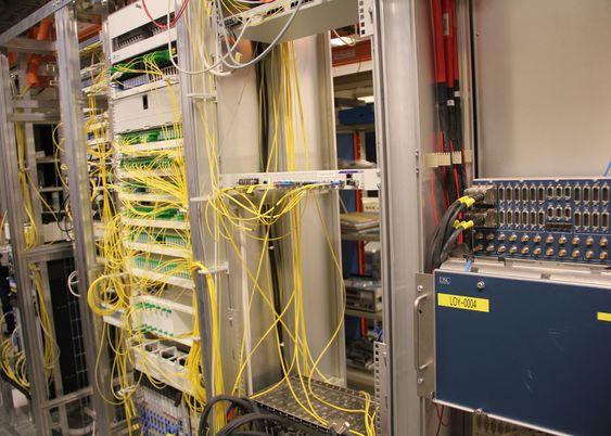 Disse rackene viser fiberkabler (gule) til alle privat- og bedriftskundene til Telenor Svalbard.
