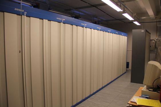 Det aldrende S12-anlegget tar betydelig plass i Telenor Svalbards lokaler med tanke på at det bare betjener sju kunder. Tidligere håndterte dette alle telefonikundene til Telenor Svalbard.