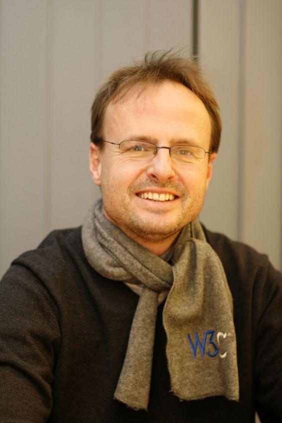 Håkon Wium Lie dro til Cern i Sveits og ble nordmannen som har betydd mest for web. Senere fortsatt han å jobbe med W3C i Frankrike sammen med Tim Berners-Lee.