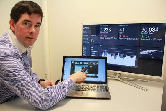 Carsten Lehbrink viser fram Tellystream, trådløst overført til en Samsung-tv. På tv-skjermen vises et panel fra Geckoboard.