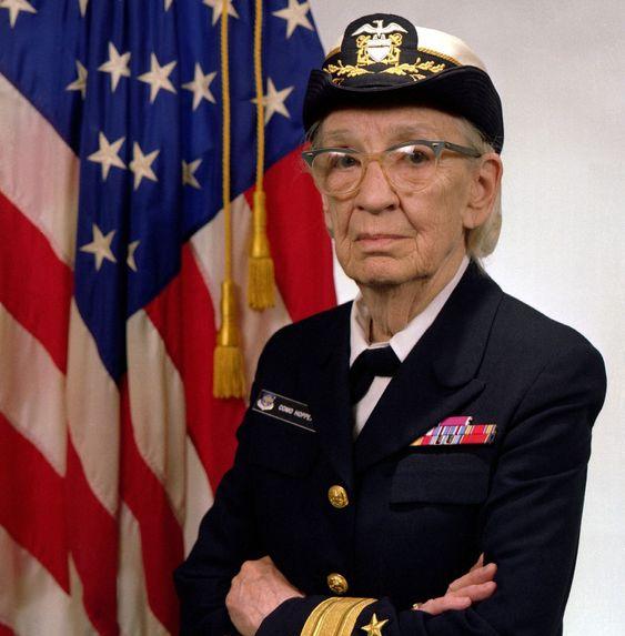 Grace M. Hopper avbildet i 1984, mens hun var kommandør i den amerikanske marinen.