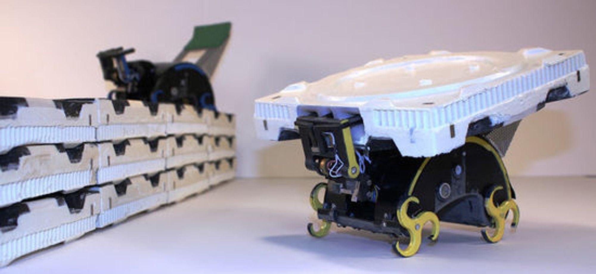 Roboten kan hente og plassere, men ikke fjerne en brikke.