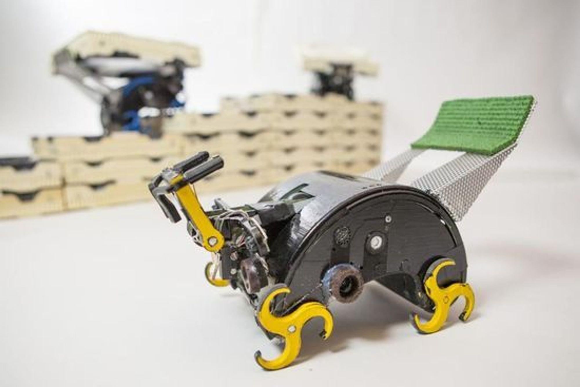 Robotens hjul er tilpasset, slik at den kan bevege seg over brikkene.