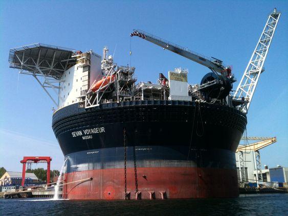 FPSO som bøye: Sevan Voyageur, fotografert under ombygging i Eydehavn i 2010. Diameter ved vannlinjen er 60 meter. Sevan Marine solgte bøyen til Teekay Petrojarl som døpte den om til Voyageur Spirit.