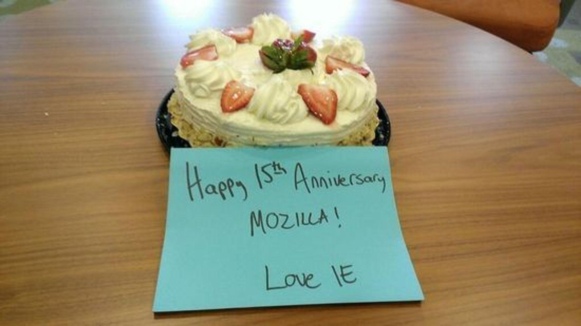 Mozilla fylte forøvrig 15 år sist søndag og har nå fått kake fra Microsofts IE-team. De to utviklergruppene har også tidligere sendt hverandre kake ved større begivenheter.